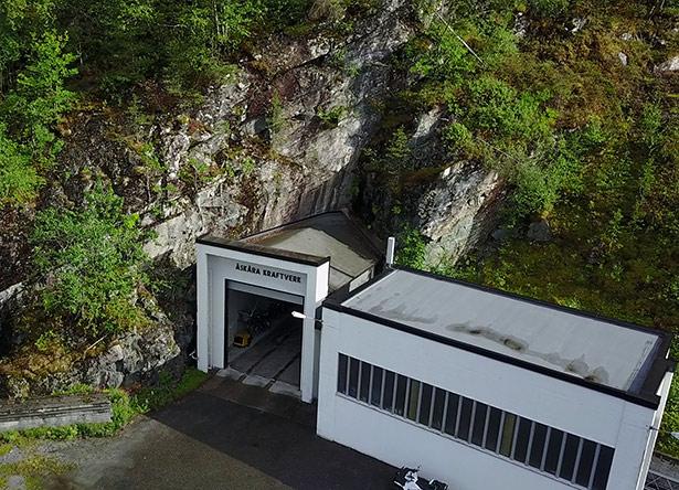 Einfahrt zum unterirdischen Åskåra-Wasserkraftwerk. Es nutzt Wasser aus mehreren Gletscherreservoiren zum Antrieb der Turbinen.