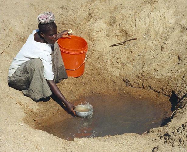 Gerade in trockenen Regionen der Erde ist das Grundwasser unverzichtbar – es füllt Quellen, Seen, Flüsse und auch Brunnen.