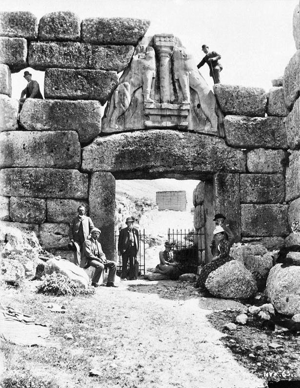 Schliemann (oben rechts) auf dem Löwentor von Mykene.