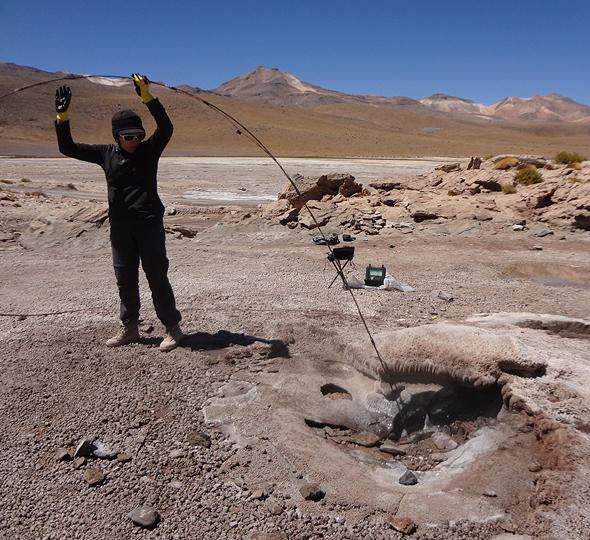"""Temperaturmessungen an einem Geysir-Schlot im chilenischen """"El Tatio"""" Geysirfeld."""