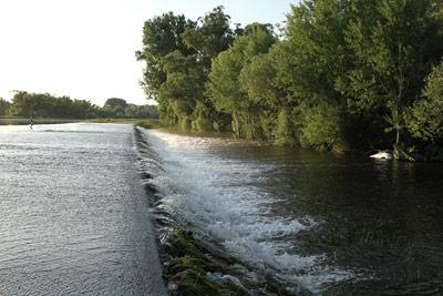 Deiche schützen nicht immer - wie der hier überflutete Deich des Rheinzuflusses Murg zeigt.