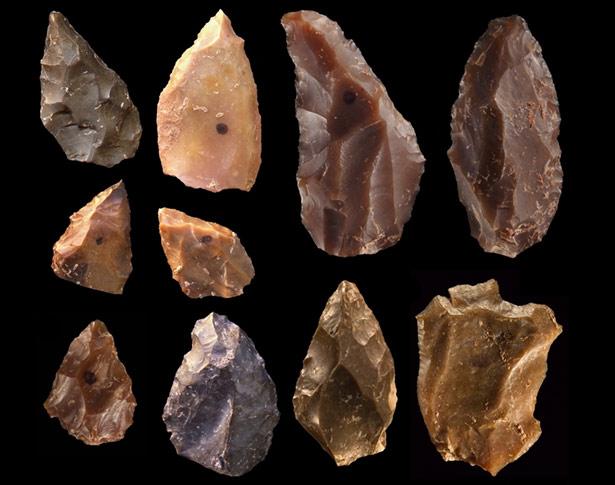 300.000 Jahre alte Steinwerkzeuge aus Jebel Irhoud, teilweise bestehen sie aus nichtlokalen Rohstoffen.