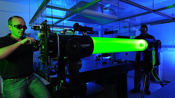 Forschung an Hochleistungs-Lasern für die Weltraumschrott-Ortung.