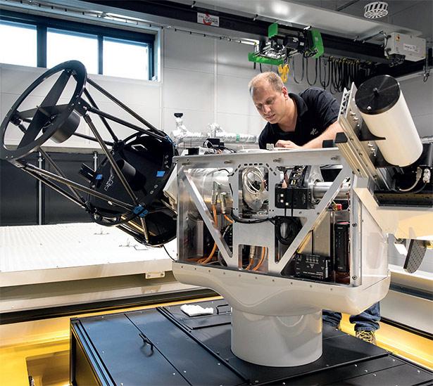 Leif Humbert bei den letzten Arbeiten am Teleskop, bevor es auf seine erste Reise geht.