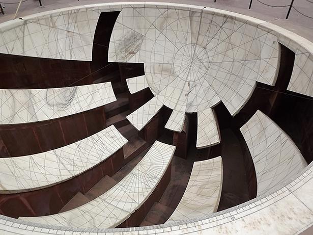 Das Innere des Jai Prakash spiegelt die Geometrie des Himmels wieder. Hier der Blick auf den Punkt in der Schale, der dem Himmelsnordpol gegenüberliegt.