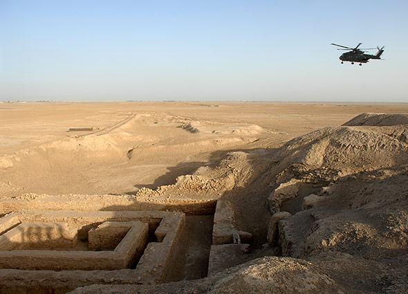 Blick auf die Relikte von Uruk. Das Ausgrabungsgelände liegt bei der heutigen Stadt Warka im Irak
