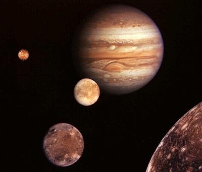 Europa ist der zweitinnerste Mond des Jupiter, daher wirken hier noch starke Gezeitenkräfte