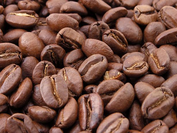 """Schon der bloße Duft von Kaffeebohnen kann unser Gehirn auf """"wach"""" programmieren."""