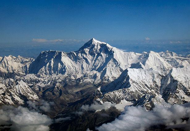 Berge des Himalaysa mit dem Mount Everest – ihre Hebung vollzog sich über Millionen Jahre hinweg.
