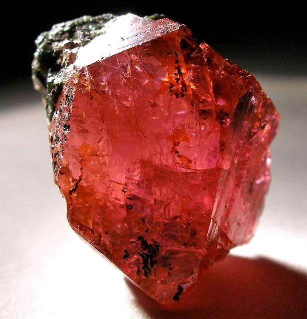 Der Rubin erhält seine rote Farbe unter anderem durch eingelagerte Chromionen, hier ein besonders schöner Kristall aus Tansania.