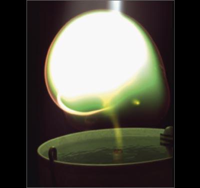 Salze im Wasser färben die Plasmakugel grünlich