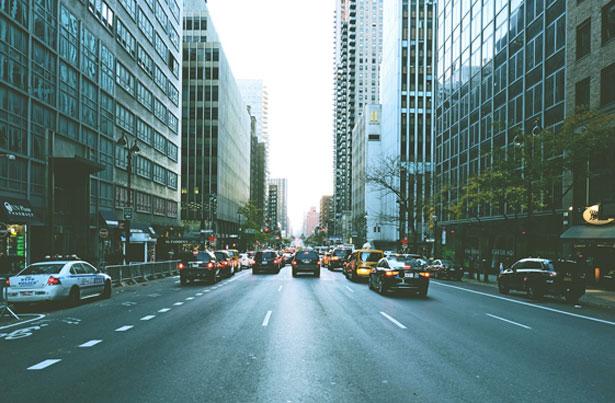 An Hauptverkehrsstraßen liegt der Schalldruckpegel oft bei über 65 Dezibel.