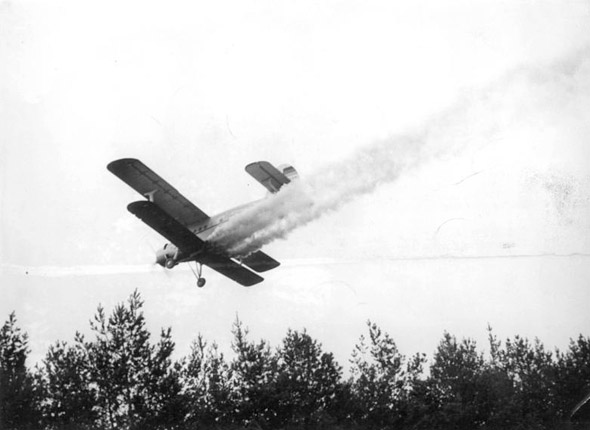 Das Pestizid DDT war bis in die frühen 1970er Jahre das Mittel der Wahl gegen Schädlinge.(Bild von 1957)