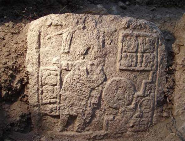 Relieftafel aus Uxul mit einem ballspielenden König
