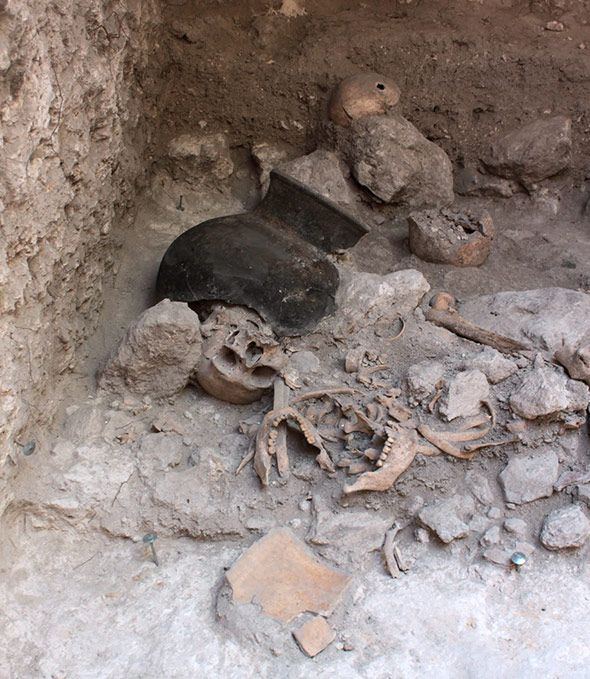 Reste zerstückelter Körper in einer Höhle in der Maya-Stadt Uxul.