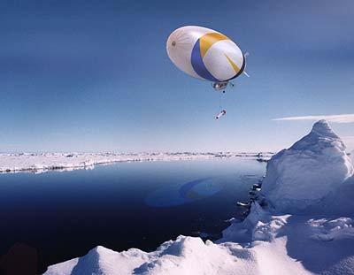Luftschiff Dirigeable über dem Polarmeer