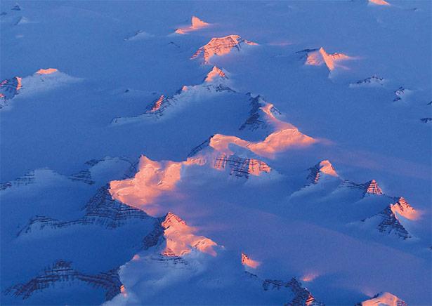 Bergketten im Osten Grönlands im Licht der tief stehenden Mitternachtssonne