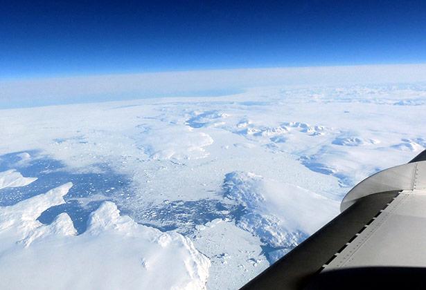 Flug der Falcon über die grönländische Küste