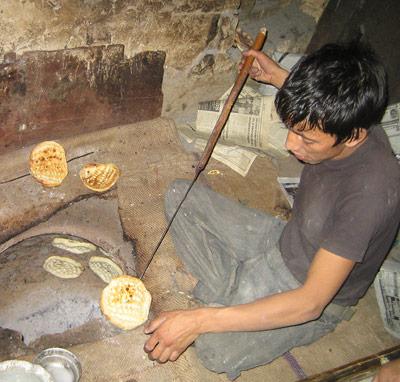 Bewohner von Ladakh in Nordindien beim Brotbacken