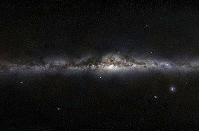 Blick auf die Milchstraße: Ein dunkles Staubband verdeckt das Zentrum