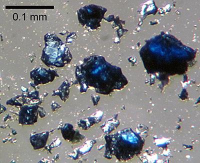 Im Labor produziertes Ringwoodit, typisch ist die bläuliche Farbe des Minerals