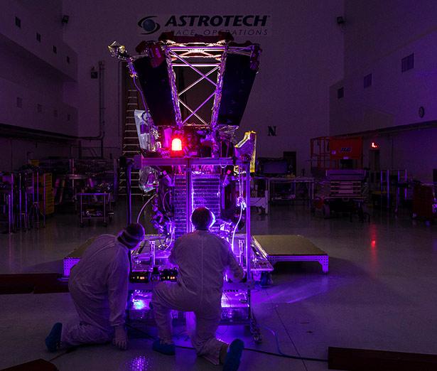 Solarsegel der Raumsonde im Bestrahlungstest