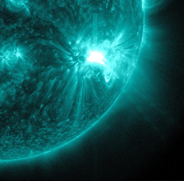 Die Sonnenkorona gibt Strahlung im extremen UV-Bereich ab - und entreißt Eisen die Hälfte seiner Elektronen.