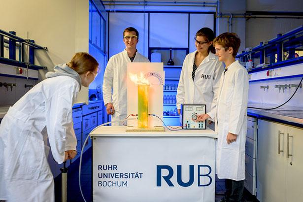 Mit der neuen Bochumer Apparatur lassen sich Staubexplosionen im Chemieunterricht zuverlässig durchführen.