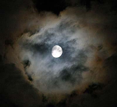 Der Mond unverfinstert aber mit Korona