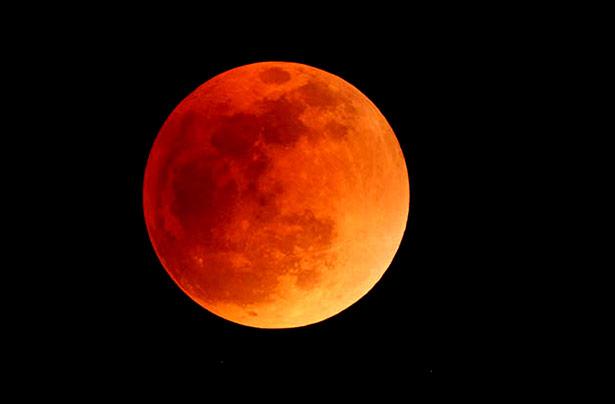 Mondfinsternis: Der Erdschatten verdunkelt den Mond und lässt ihn rot schimmern.