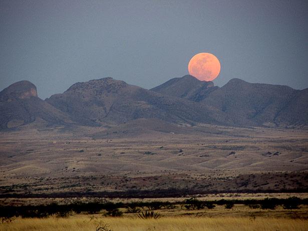 Nahe am Horizont erscheint der Mond besonders groß - wie hier über den Mustang-Bergen in den USA