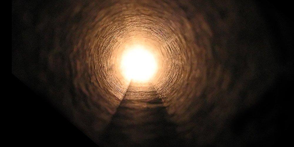 Ein helles Licht am Ende eines dunklen Tunnels ist Bestandteil vieler Nahtod-Erlebnisse. Was aber steckt dahinter? © VinyPrime/ freeimages