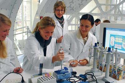 Unter Anleitung von Wissenschaftlern darf im DNA-Besucherlabor jeder selbst Versuche durchführen