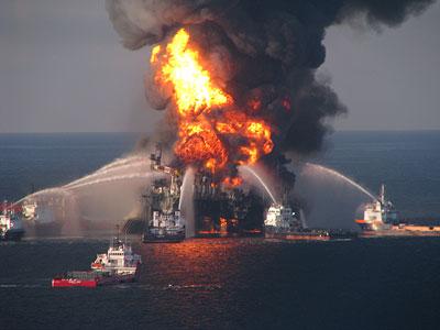 Löschschiffe versuchen den Brand der Deepwater Horizon zu löschen - vergeblich.