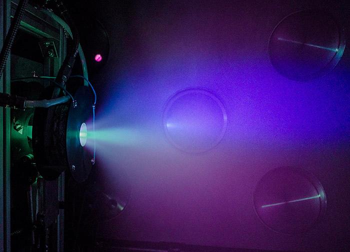 """<span class=""""img-caption"""">Helicon-Plasmaantrieb beim Test in einer Vakuumkammer.</span> <span class=""""img-copyright"""">© ESA/ SENER</span>"""