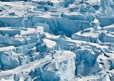 Nahaufnahme der großen Spalten im antarktischen Pine Island Gletscher