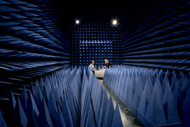 In diesem abgeschirmten Raum testen die Ingenieure  ihre neue Radartechnik