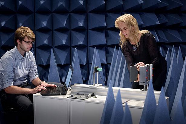 Radartest im Labor der Ruhr-Universität. Das hellgrüne Objekt ist der Radarsender und -empfänger.