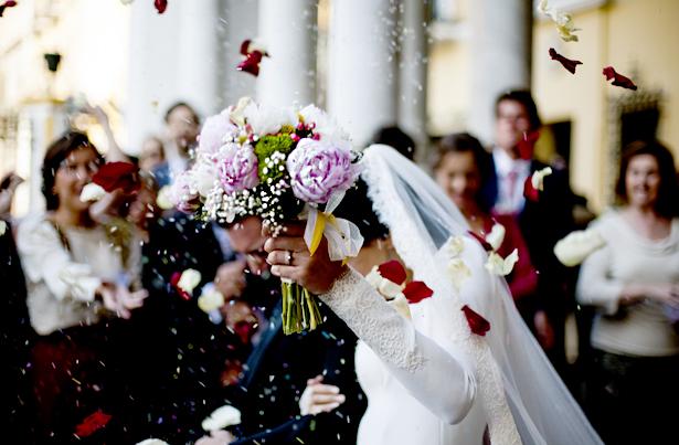 Auch in der heutigen Zeit halten Menschen an Ritualen fest - zum Beispiel bei der Hochzeit.