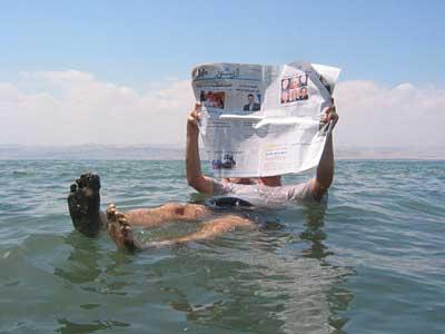 Zeitunglesen im Toten Meer
