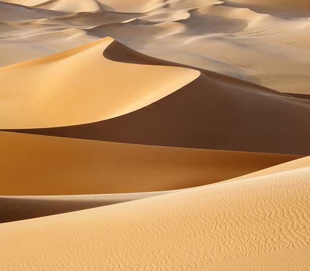 Sanddünen der Sahara in Libyen: Wüstensand gibt es reichlich, doch er ist als Rohstoff nur bedingt nutzbar.