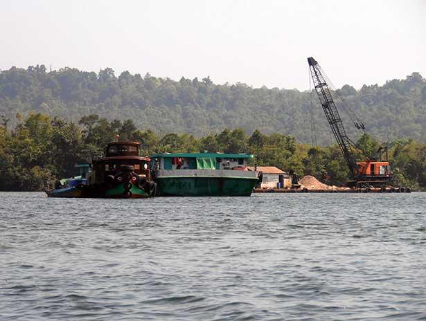 Illegale Sandgewinnung im Tatai River in Kambodscha