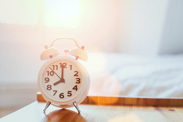 Wecker aus dem Blickfeld: Ein möglicher Trick für erholsamen Schlaf.