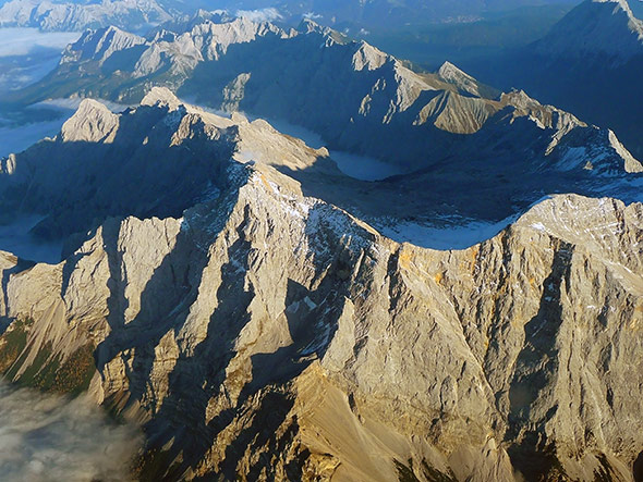 Blick auf die Zugspitze vom Flugzeug aus. Knapp unter dem Gipfel liegt das Schneefernerhaus.