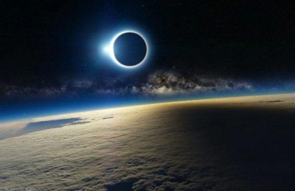 Aus dem Orbit betrachtet könnte die totale Sonnenfinsternis über den Färöern so aussehen