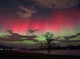 Bringt ein Sonnensturm es weiter in mittlere Breiten, ist das Polarlicht oft rötlicher gefärbt