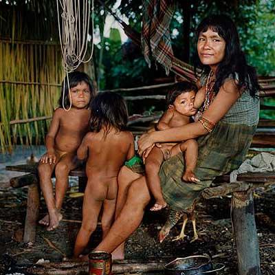 Junge Piraha-Frau mit Kindern