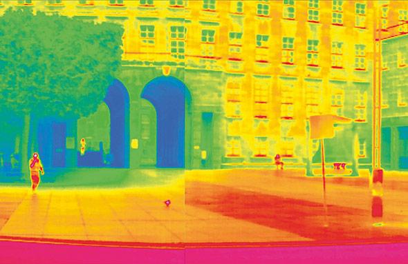 Wärmeinsel Stadt: Das Infrarotbild zeigt, wie Beton und Stein die Hitze speichern.
