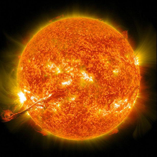 Im Inneren unseer Sonne und anderer Sterne verschmelzen Atomkerne - und bilden so neue, schwerere Elemente.