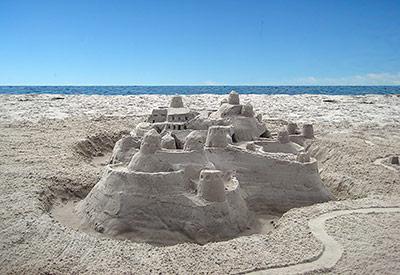 Sandburgen bauen - mit feinem Sand geht dies prima. Aber was ist Sand?